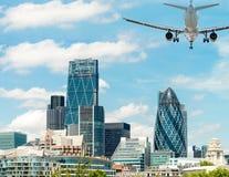 与飞机的美好的伦敦地平线在天空 库存照片