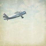 与飞机的葡萄酒多云背景 免版税库存图片