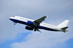 与飞机飞行的旅行背景在蓝天 库存图片