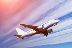 与飞机飞行的旅行背景在蓝天 免版税库存照片