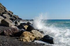 与飞溅波浪的岩石海岸 库存照片