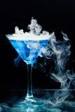 与飞溅的蓝色鸡尾酒 库存照片