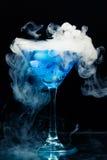 与飞溅的蓝色鸡尾酒 免版税库存照片