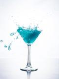 与飞溅的蓝色curacao鸡尾酒 图库摄影