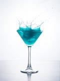 与飞溅的蓝色curacao鸡尾酒 库存图片