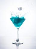 与飞溅的蓝色curacao鸡尾酒 免版税库存照片