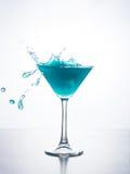 与飞溅的蓝色curacao鸡尾酒 库存照片