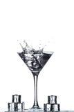 与飞溅的马蒂尼鸡尾酒玻璃 免版税库存图片