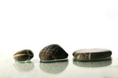 与飞溅水下落的禅宗石头 免版税库存图片