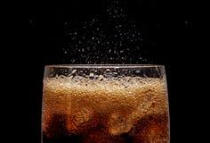 与飞溅CO泡影的冰可乐 免版税库存图片