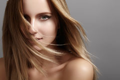 与飞行光头发的美好的少妇模型 秀丽干净的皮肤,时尚构成 发型, haircare,构成