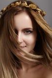 与飞行光头发的美好的少妇模型 秀丽干净的皮肤,时尚构成 发型, haircare,构成 免版税图库摄影