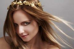 与飞行光头发的美好的少妇模型 秀丽干净的皮肤,时尚构成 发型, haircare,构成 库存照片