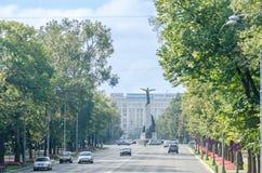 与飞行员雕象的飞行员正方形 Piata Aviatorilor, Statuia Aviatorilor 布加勒斯特罗马尼亚 库存图片