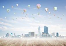 与飞行在城市上的浮空器的大气污染概念的概念 库存图片