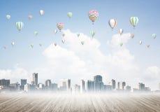 与飞行在城市上的浮空器的大气污染概念的概念 免版税库存照片