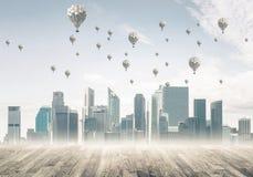 与飞行在cit上的浮空器的大气污染概念的概念 库存图片