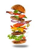 与飞行成份的大鲜美汉堡 免版税库存照片