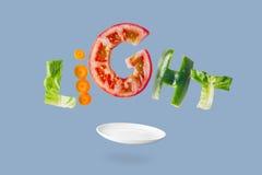 与飞行新鲜蔬菜的清淡的沙拉 图库摄影