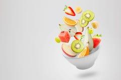 与飞行新鲜水果的清淡的沙拉 库存图片