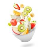 与飞行新鲜水果的清淡的沙拉 库存照片