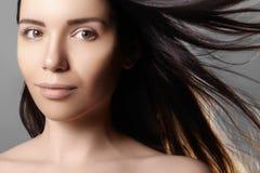 与飞行淡色头发的美好的少妇模型 与干净的皮肤,魅力时尚构成的秀丽画象 免版税库存照片
