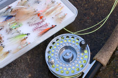 与飞行通话盒的用假蝇钓鱼标尺 免版税库存照片