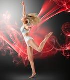与飞行织品的妇女跳舞 免版税库存图片