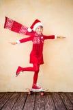 与飞行围巾的滑稽的圣诞老人孩子 免版税库存图片
