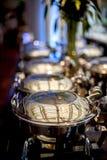 与食品供应蒸汽平底锅行的自助餐桌  免版税库存图片