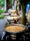 与食品供应蒸汽平底锅行的自助餐桌  库存照片