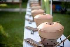 与食品供应蒸汽平底锅行的自助餐桌  免版税库存照片