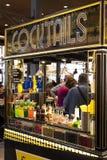与食品店和纤巧的梅尔卡多圣米格尔火山市场是在游人和城市居民中的一个普遍的地方 库存照片