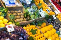 与食品店和纤巧的梅尔卡多圣米格尔火山市场是在游人和城市居民中的一个普遍的地方 免版税库存图片