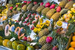 与食品店和纤巧的梅尔卡多圣米格尔火山市场是在游人和城市居民中的一个普遍的地方 库存图片