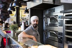 与食品店和纤巧的梅尔卡多圣米格尔火山市场是在游人和城市居民中的一个普遍的地方 免版税图库摄影