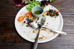 与食物小块的盘和调味汁以后吃泰国食物 免版税库存照片