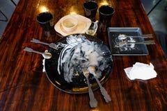 与食物小块的肮脏的盘在吃以后 免版税库存照片