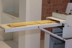 与食物机器的黄色意大利人Taralli准备:Traditiona 免版税库存照片