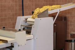 与食物机器的黄色意大利人Taralli准备:Traditiona 免版税库存图片