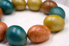 与餐巾复活节兔子的美好的欢乐复活节桌设置 免版税库存照片