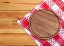 与餐巾的薄饼板在木桌上 顶视图大模型 免版税图库摄影
