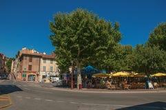 与餐馆的方形的看法在列斯弧苏尔Argens的市中心 库存图片