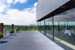 与餐馆的现代和高屋顶大阳台在德国 免版税库存图片