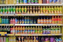 与饮料的架子在超级市场 免版税库存照片