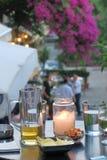 与饮料的表和快餐和一个蜡烛 免版税库存照片