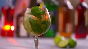 与饮料的转动的玻璃 股票录像