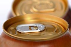 与饮料的闭合的铝罐 库存照片