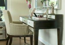 与首饰的经典椅子在木梳妆台上在家设置了 免版税库存照片