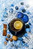 与香料和装饰的圣诞节茶 图库摄影